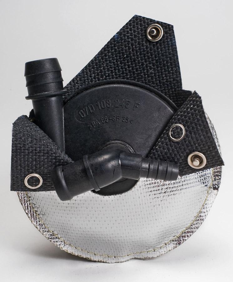 kompletter Wärmestrahlungsschutz an einem thermoplastischen Pumpengehäuse, montiert mit Edelstahldruckknöpfen und Kevlarnähten (1)